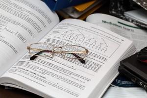 bril op boek